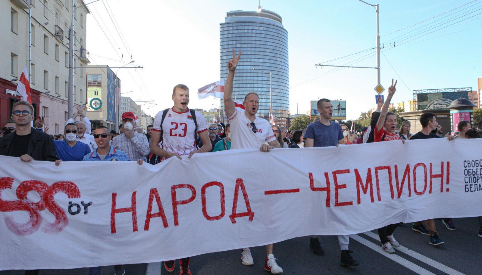 """Спортсмены из объединения SOS, открыто выступающие против насилия силовиков и действия властей во время марта протеста 20 сентября 2020 года в Минске. В шествии под названием """"Марш справедливости"""", в котором приняло участие более 100 тысяч человек."""