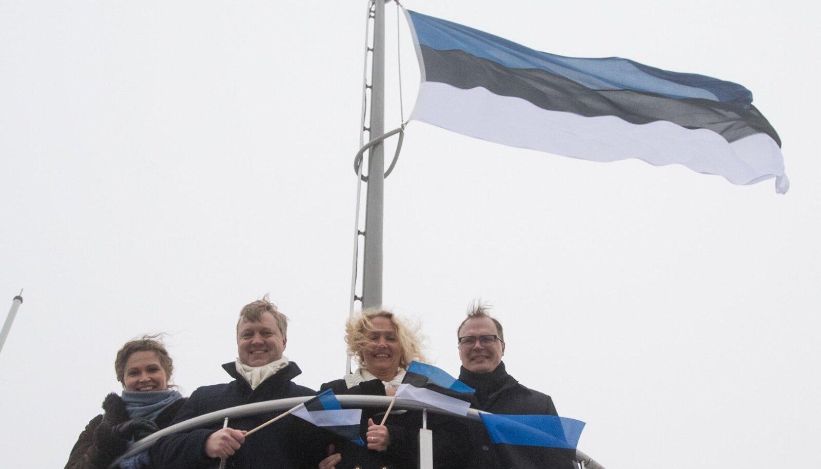 Sinimustvalge lipu heiskamise 30. aastapäeval tegid toonased neli noort koorilauljat Pika Hermanni tipus samasuguse pildi.