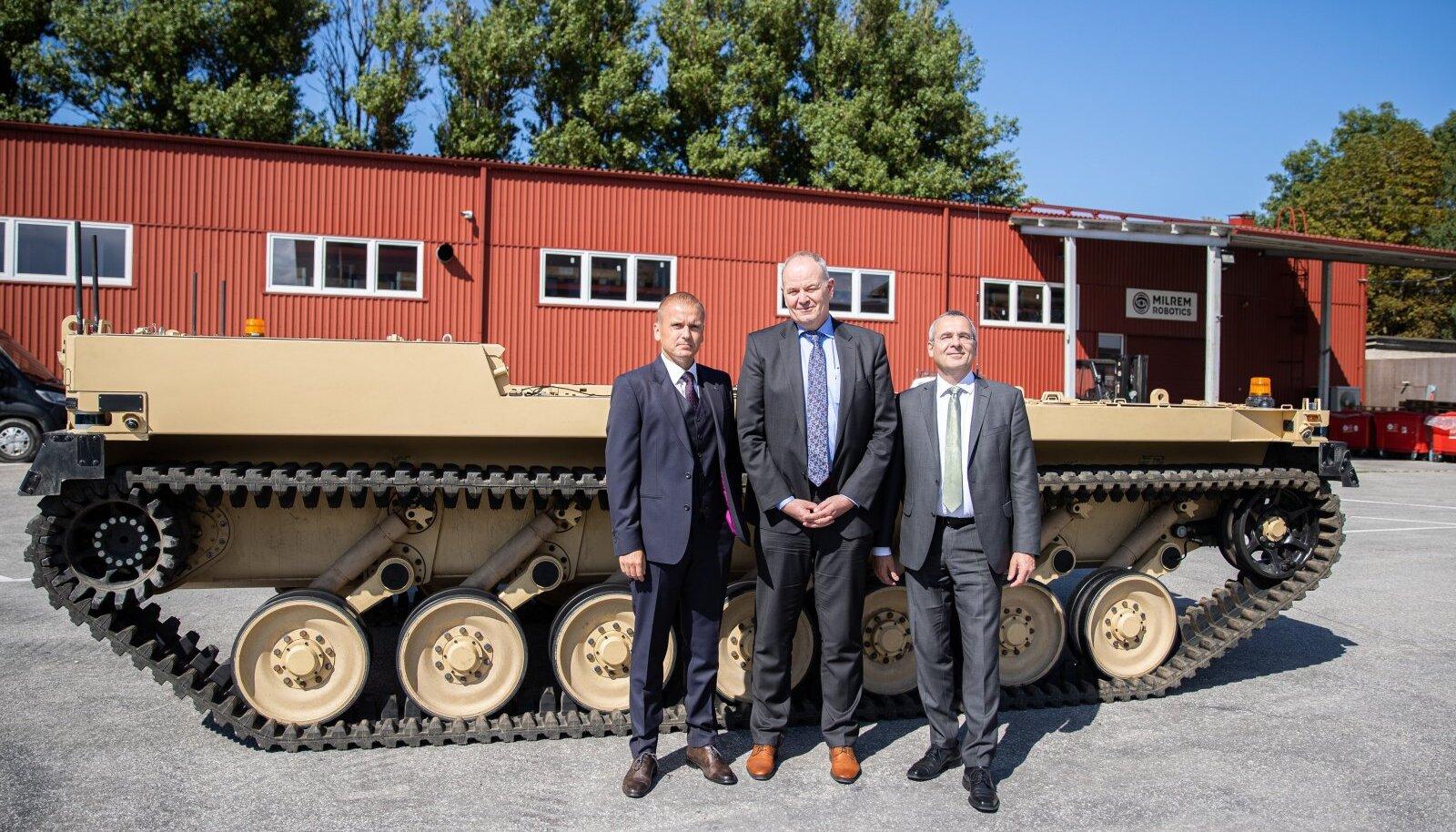 Saksa kaitsetööstusettevõtte KMW juhatuse liige Horst Rieder (keskel) ja süsteemitehnoloogiat juhtiv asepresident Mathias Nöhl (paremal) olid sel nädalal Tallinnas, et lõplikult vormistada Kuldar Väärsi (vasakul) 2013. aastal loodud Milrem Roboticsis osaluse omandamine.