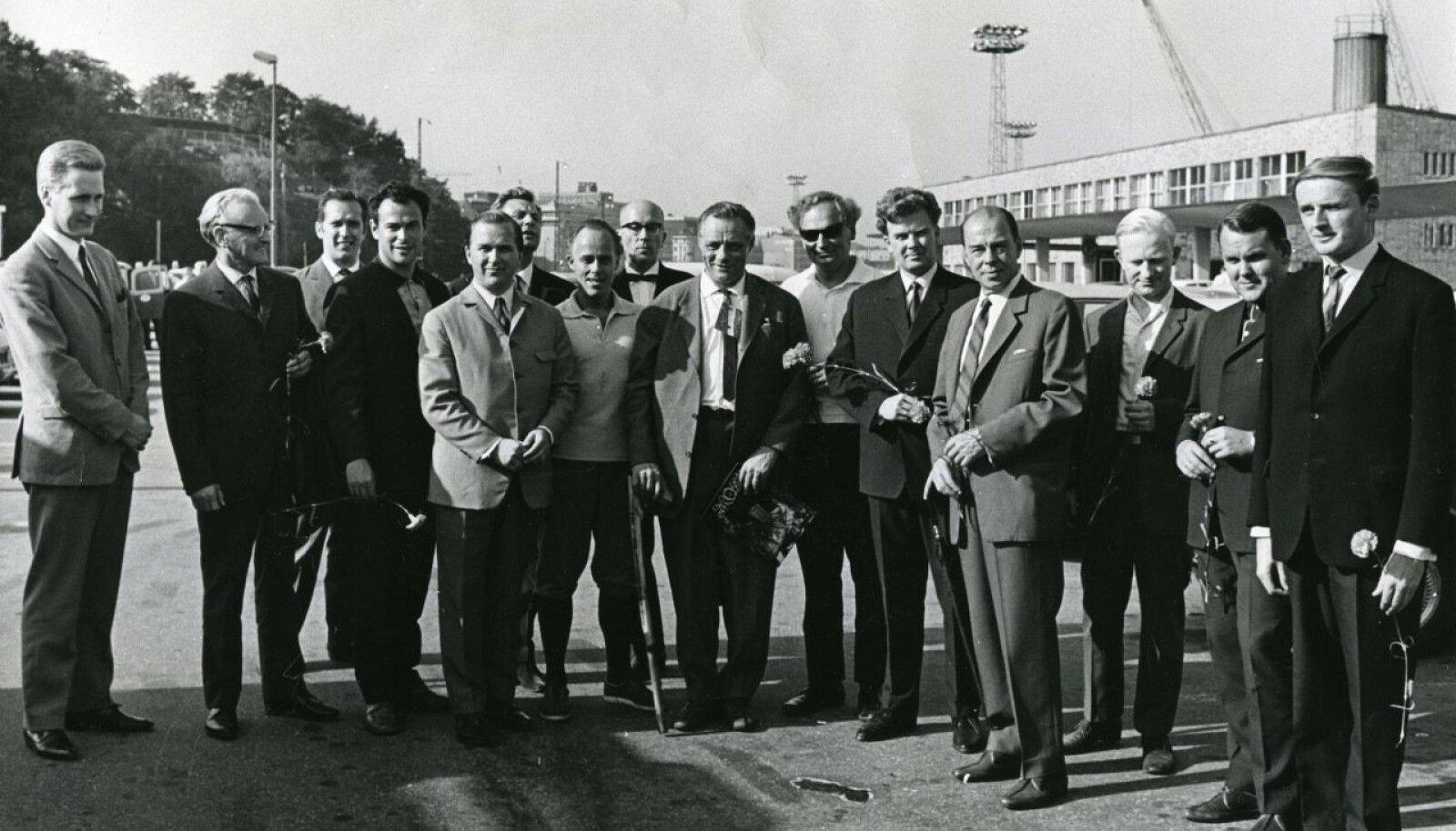 """Eesti nimekate meeste delegatsioon seoses """"Naapurivisa"""" saatega 1968. aastal Helsingis. Ülo Koit on paremalt kolmas."""