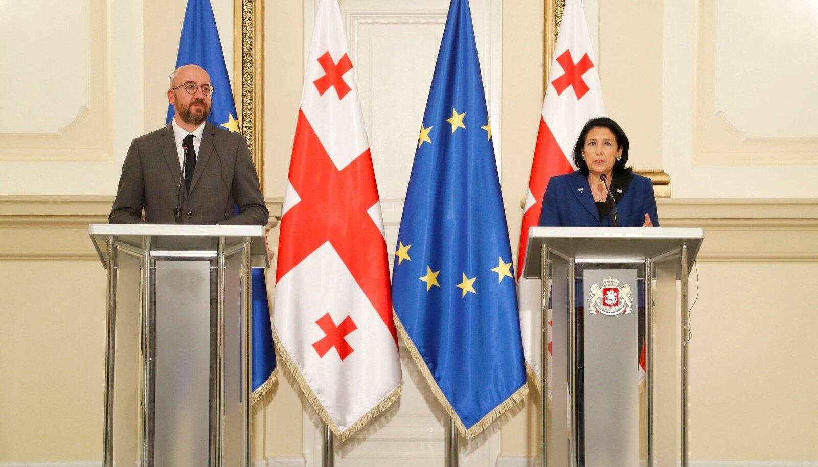 Aprillis käis Euroopa Ülemkogu eesistuja Charles Michel (vasakul) Thbilisis isiklikult kriisi lahendamas. Ent Gruusia suuremad parteid suhtusid kokkulepetesse kergekäeliselt.