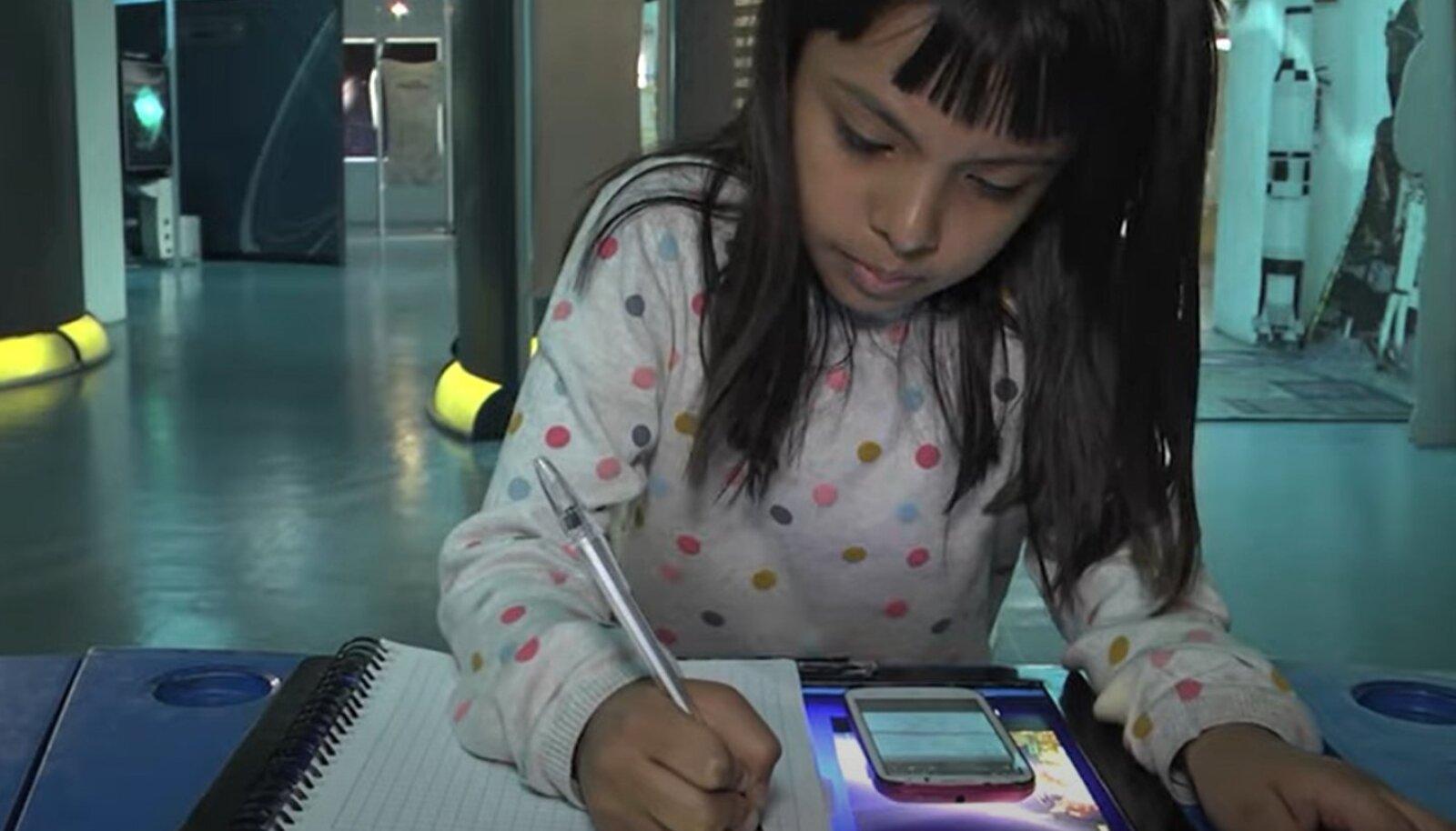 Адхара в три года уже умела читать, собирать пазлы из 100 деталей и начала изучение алгебры