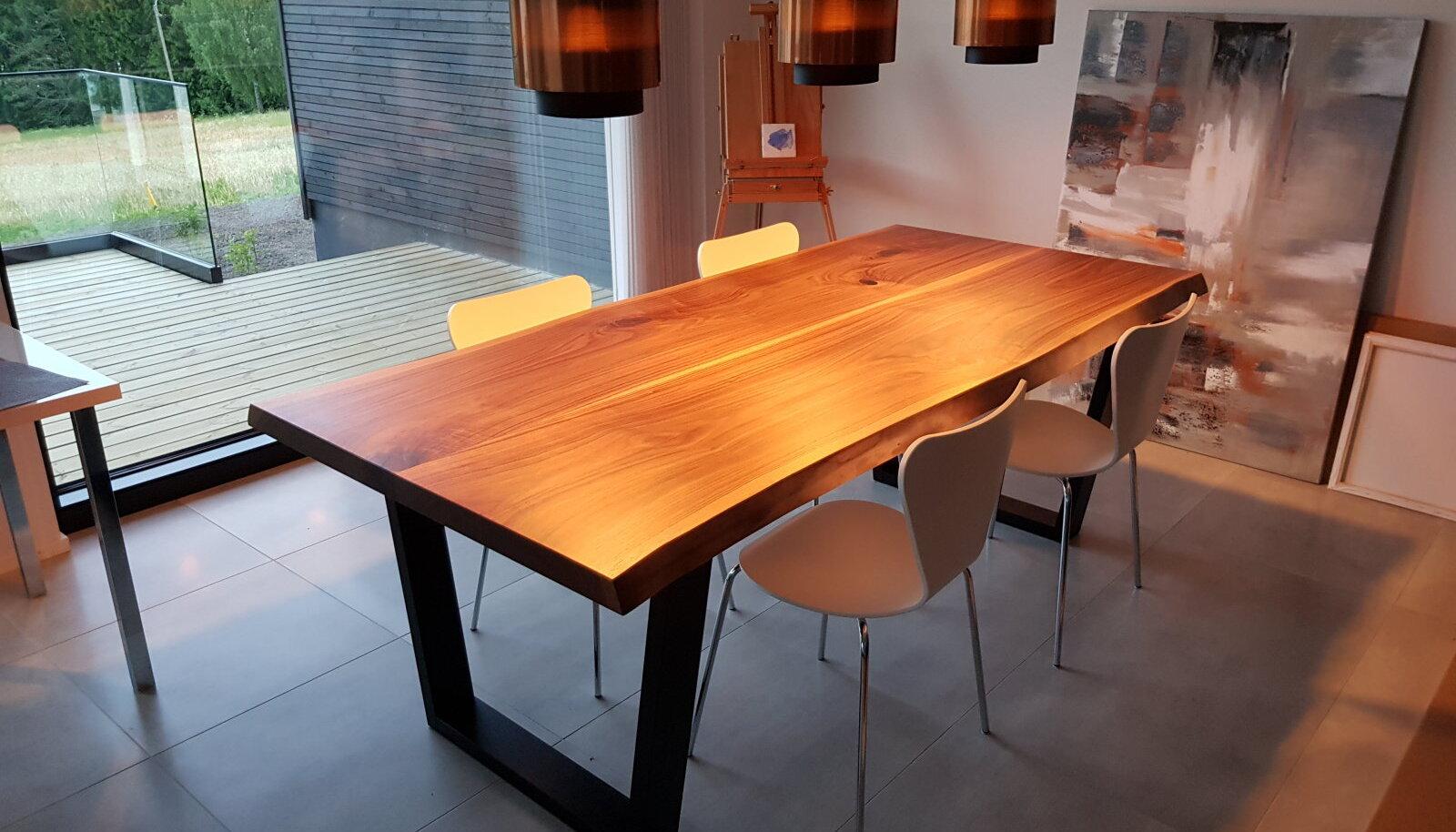 Массивный обеденный стол из американского необрезного ореха.
