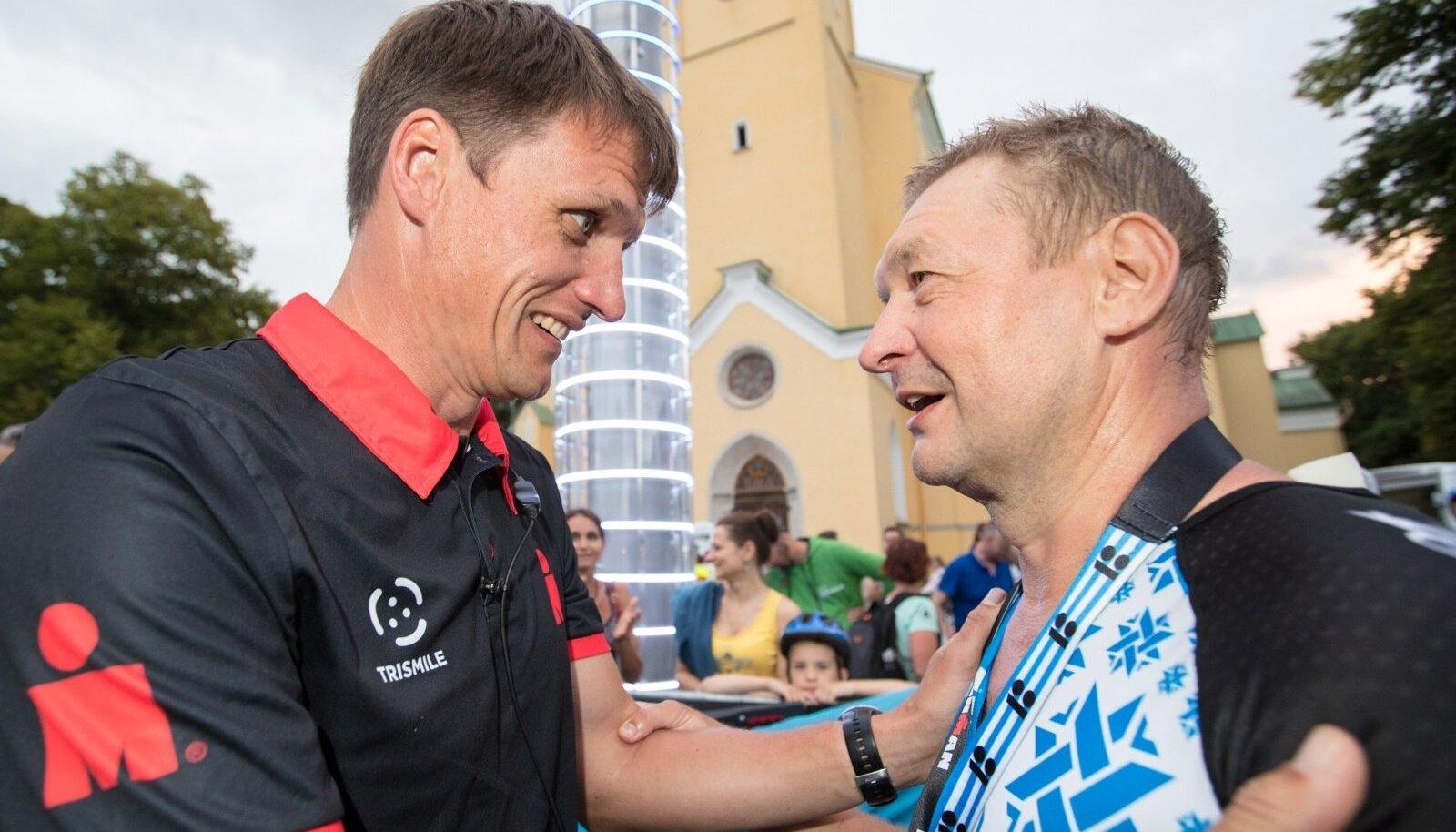 """Ain-Alar Juhanson IRONMAN Tallinna finišis ürituse """"hea eeskuju saadikut"""" Raivo E. Tamme tervitamas"""