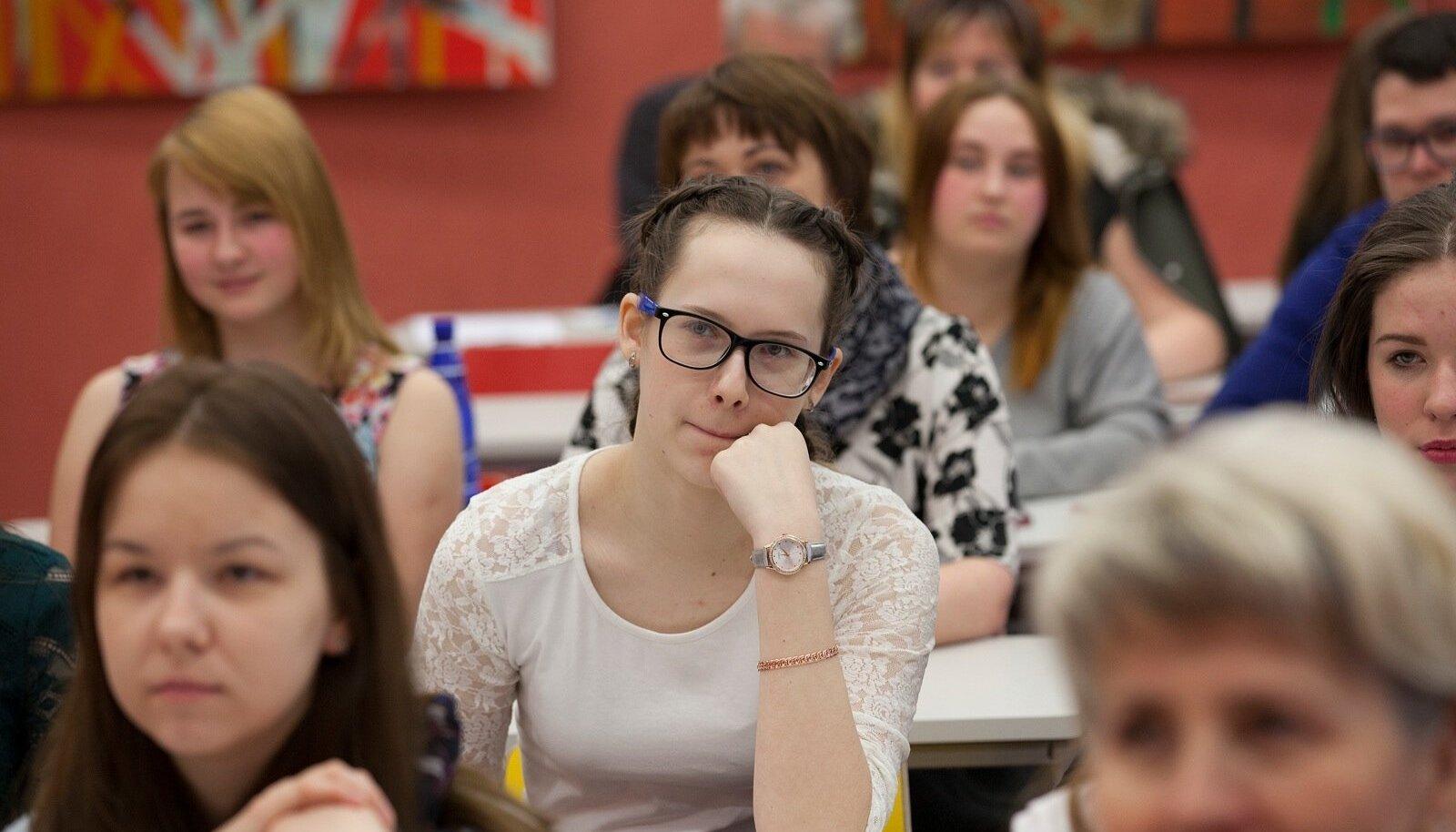 Emakeelepäevane Tammsaare võistulugemine Narva kolledžis, ühekorraga tuleb teisi kuulata ja oma veel esitamata teksti meeles pidada. Raske ülesanne.