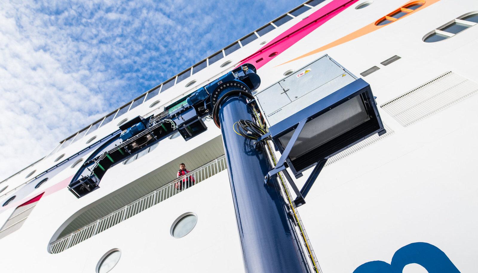 Kraana, mille abil hakatakse elektrikaablit laevaga ühendama