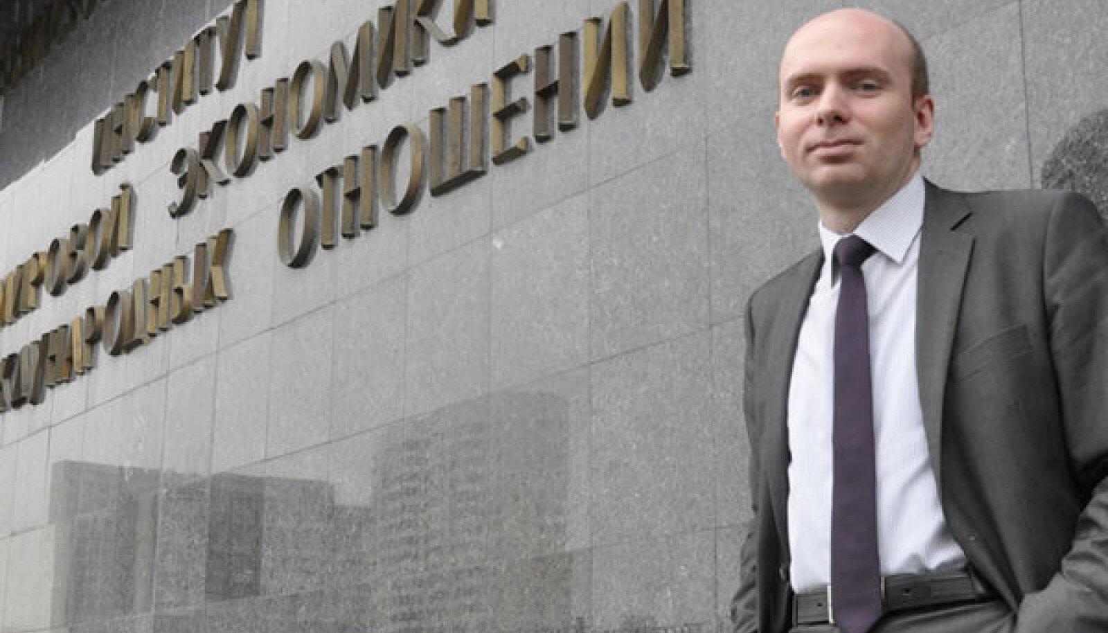 Sergei Utkin IMEMO instituudi ees Moskvas. Eksperdina usub ta, et peagi sõlmitavast Eesti–Vene piirilepingust on mõlemale riigile võrdselt kasu.