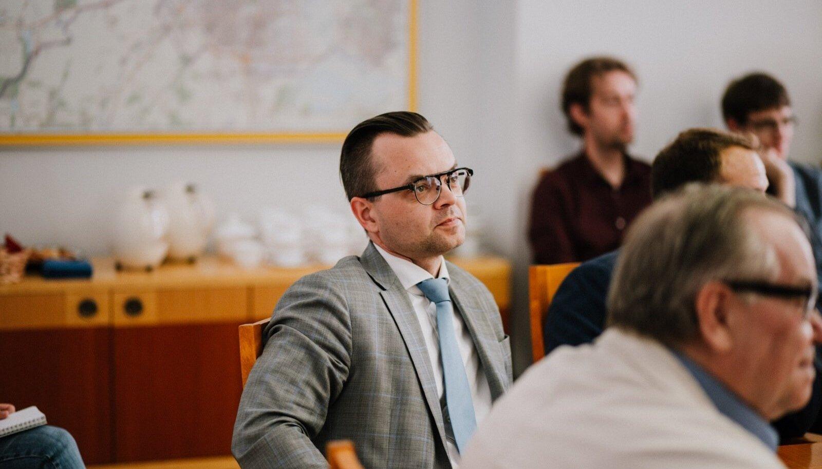 Tartu ülikooli raamatukogu endist juhti Martin Hallikut kahtlustab prokuratuur seksuaalkuriteos.
