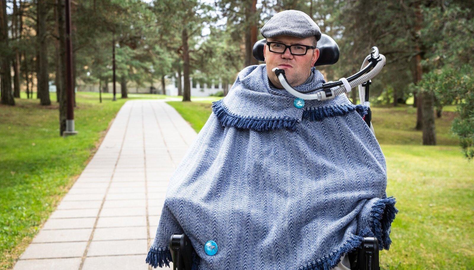 Jüri Lehtmets on üks neist puuetega inimestest, kes vajab joomiseks kõrt. Ta on nördinud, et suures keskkonnakaitsetuhinas unustati puuetega inimesed Euroopas ära.
