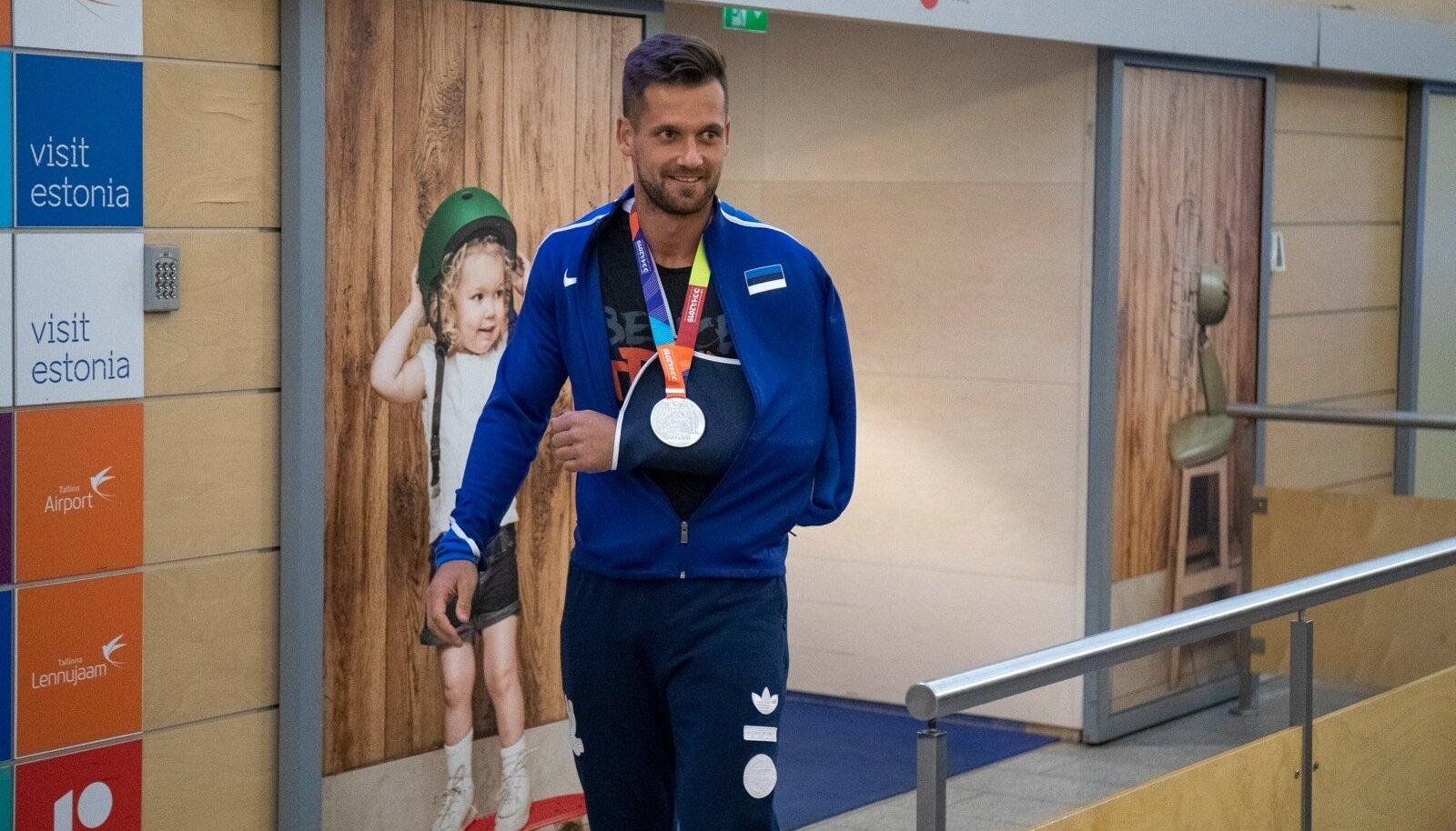 Medalimees Magnus Kirt saabus Dohast ja võeti lennujaamas pidulikult vastu.