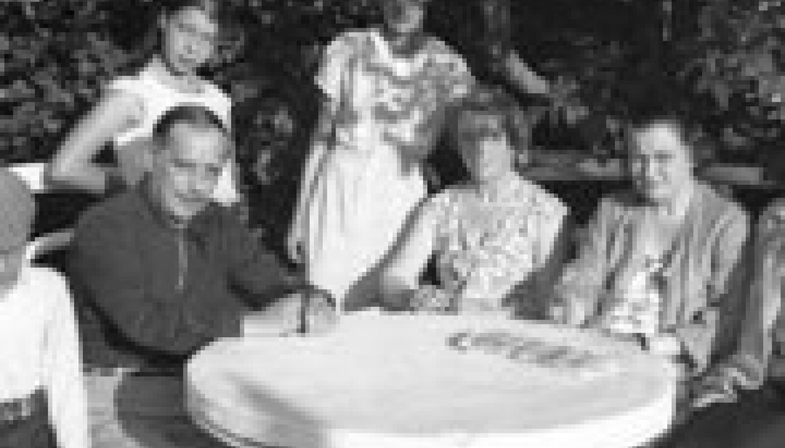 Armastatu juures: Kirjanik Herbert George Wells (vasakult esimene) külas Jänedal Maria Benckendorff-Budbergi (paremalt teine) juures augustis 1934. Wellsi kõrval Maria poeg Paul ja selja taga tütar Tanja. (National Archives)