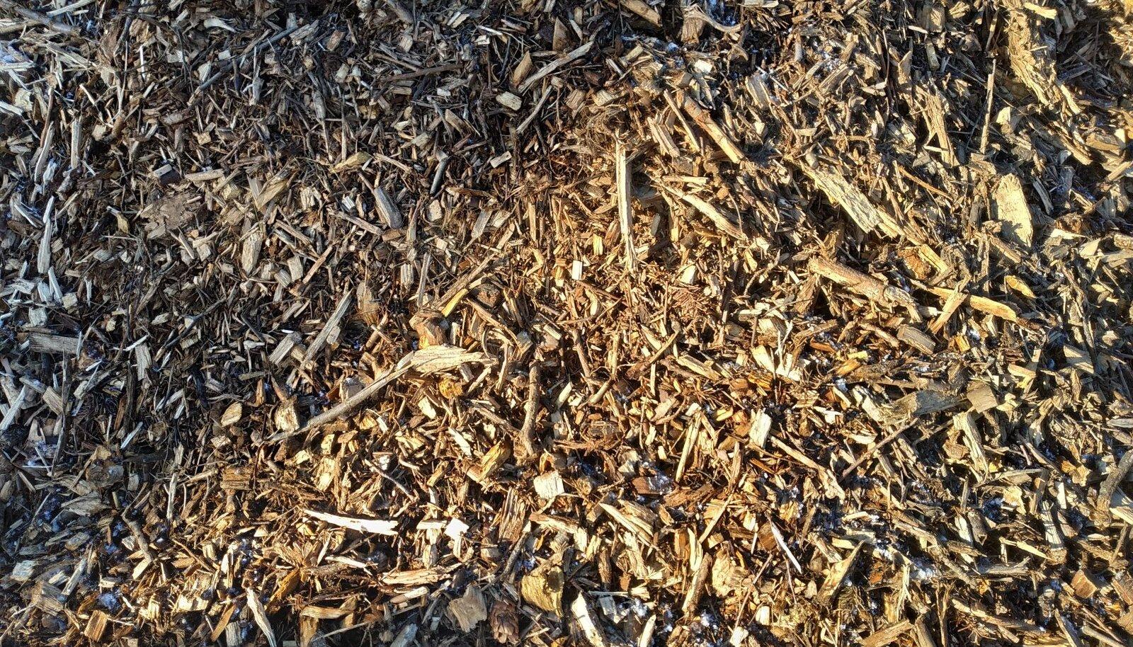 Puidukäitlus OÜ Viimsis.  Taaskasutatud puit töödeldakse olenevalt kvaliteedist erinevateks fraktsioonideks alates sellisest, mis sobib puitlaastplaatide valmistamiseks või multšiks lõpetades kütte ja kompostiga.