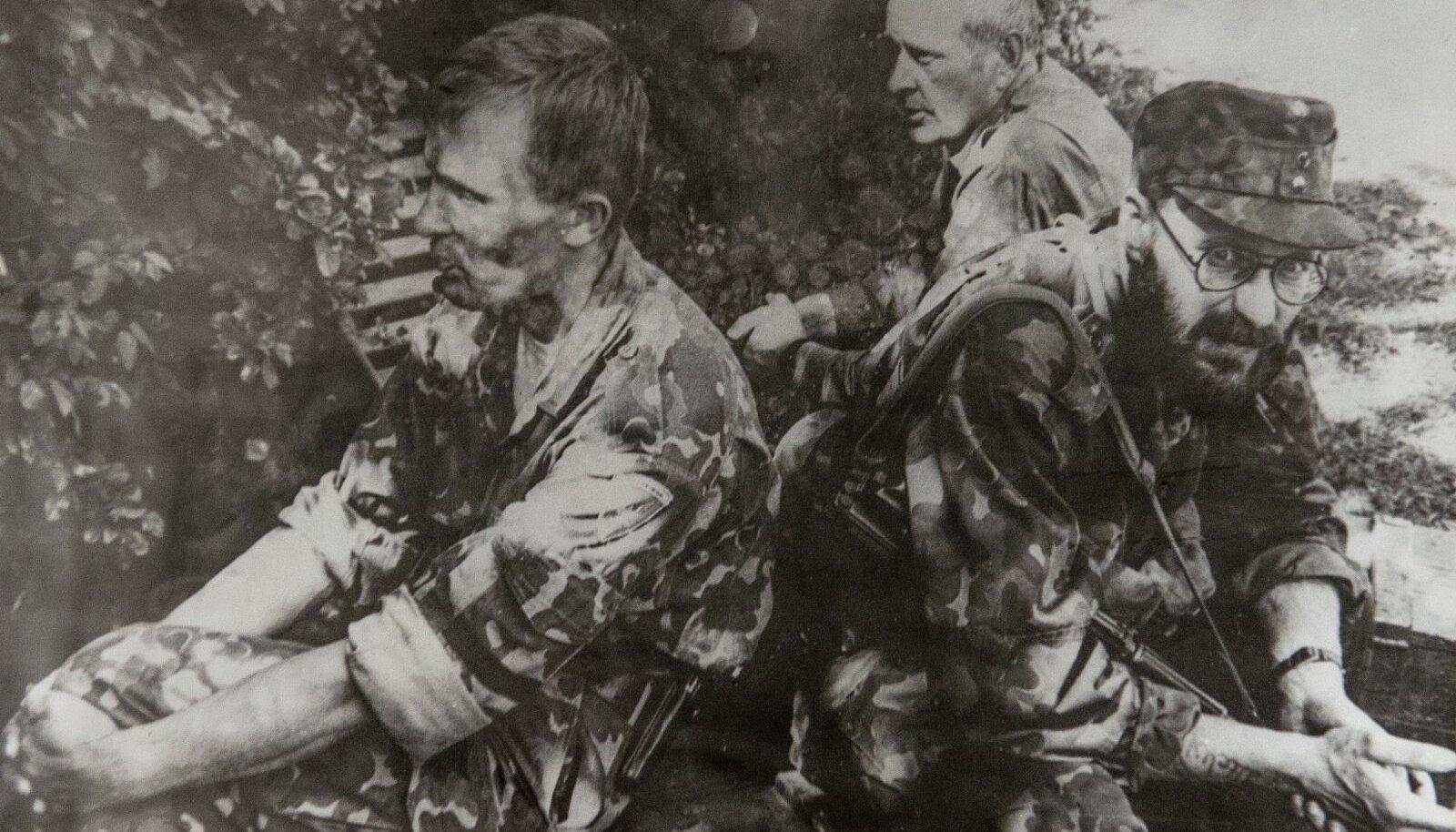 HABE: Andres Lepikut, hüüdnimega Habe, mäletatakse 1993. aasta jäägrimässust vihase ja ohtliku kujuna. Ent toona ta veel haakriste ei kandnud. Fotol: Asso Kommer, Jaak Mosin, Andres Lepiku.