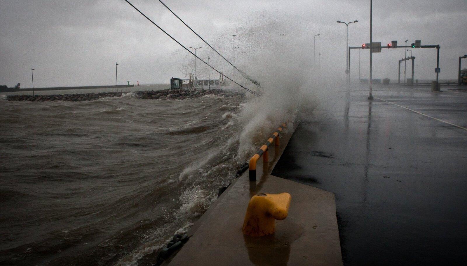 Rohuküla sadam tormi käes