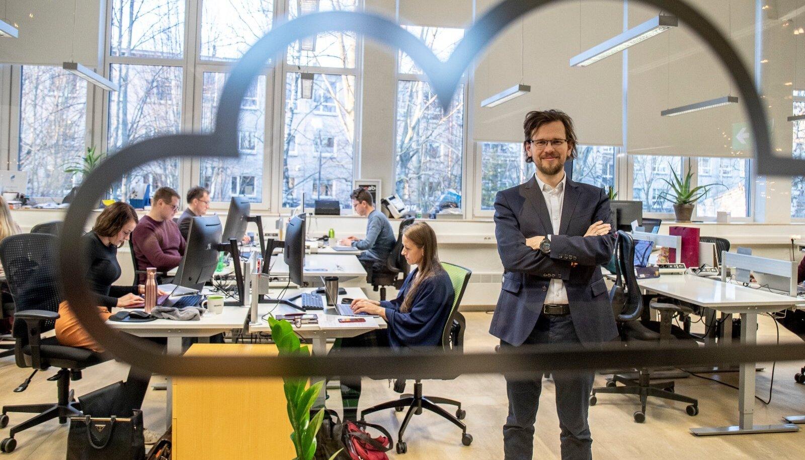 Jaanuari keskpaigas avas Eziil Tallinnas viie inimesega kontori. Tegutsetakse idufirmade koostöötamiskeskuses Lift99, kus liigub nii info kui ka ettevõtte arenguks kasulikud inimesed.