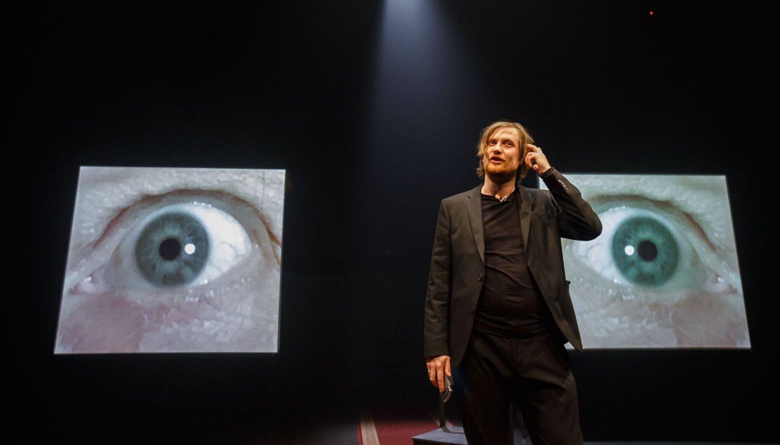 """Mäletate meid suurtelt piltidelt jälginud silmi? Lavastus """"Keegi KGBst"""" viitab üsna tihedalt sellele, kuidas oleme ühest jälgimisühiskonnast jõudnud teise, äkki veel hullemasse. Pildil näitleja Martin Kõiv."""