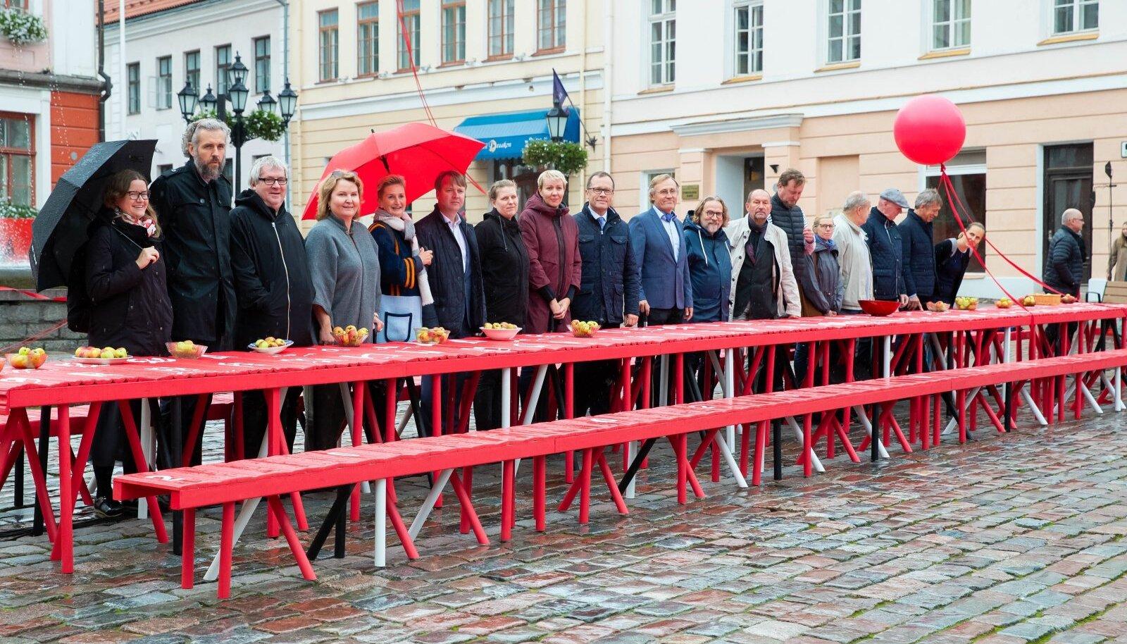 Festival avati vihma kiuste Tartu Raekoja platsil pika laua taga.