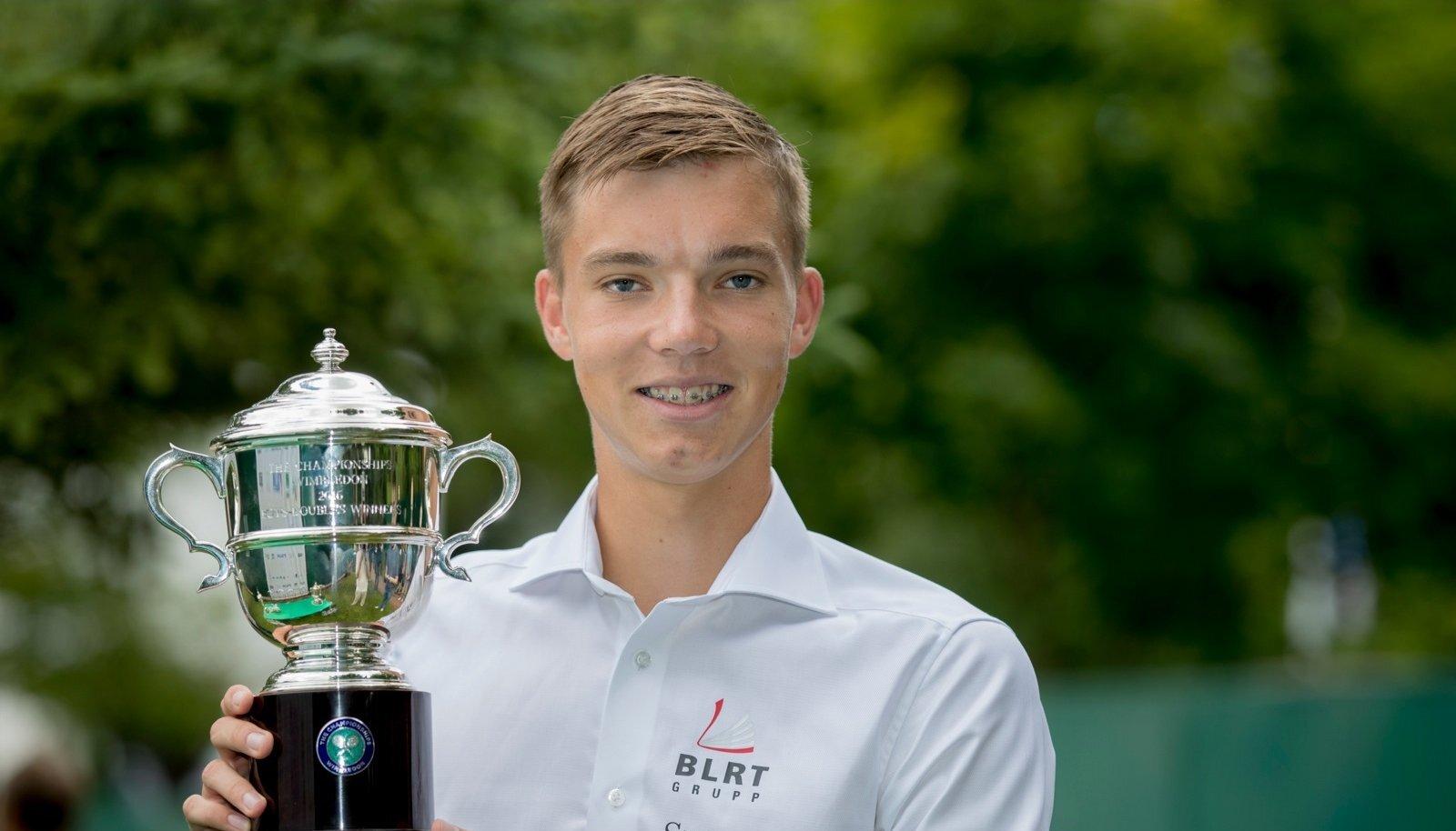 Kenneth Raisma 2016. aastal Wimbledoni noorte paarismängu karikaga.