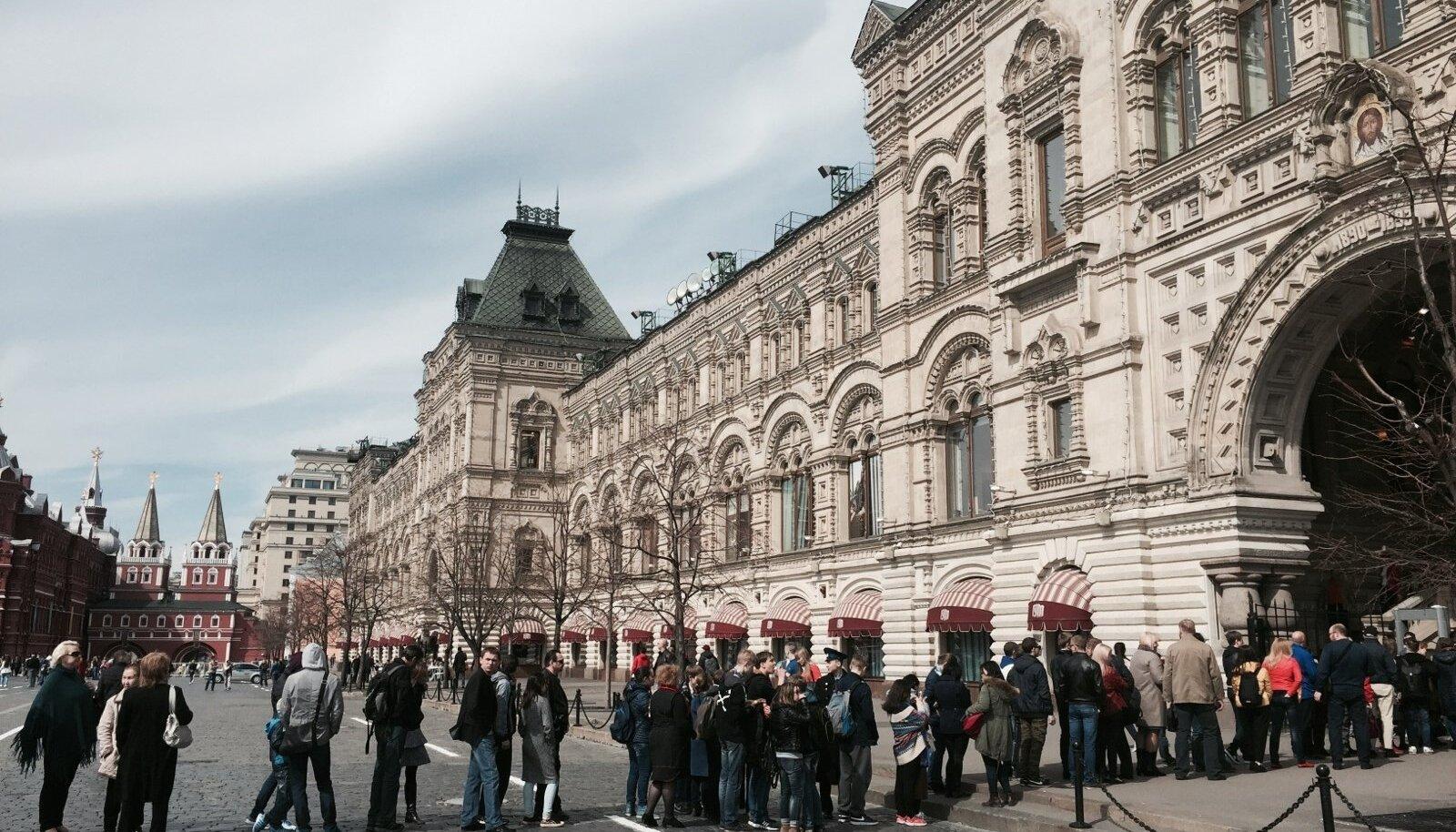 Moskvas kohtab ka järjekordi. Näiteks kuulsa GUM-i kaubamaja sissepääsu juures lookleb keset päeva nõukaaega meenutav järjekord.
