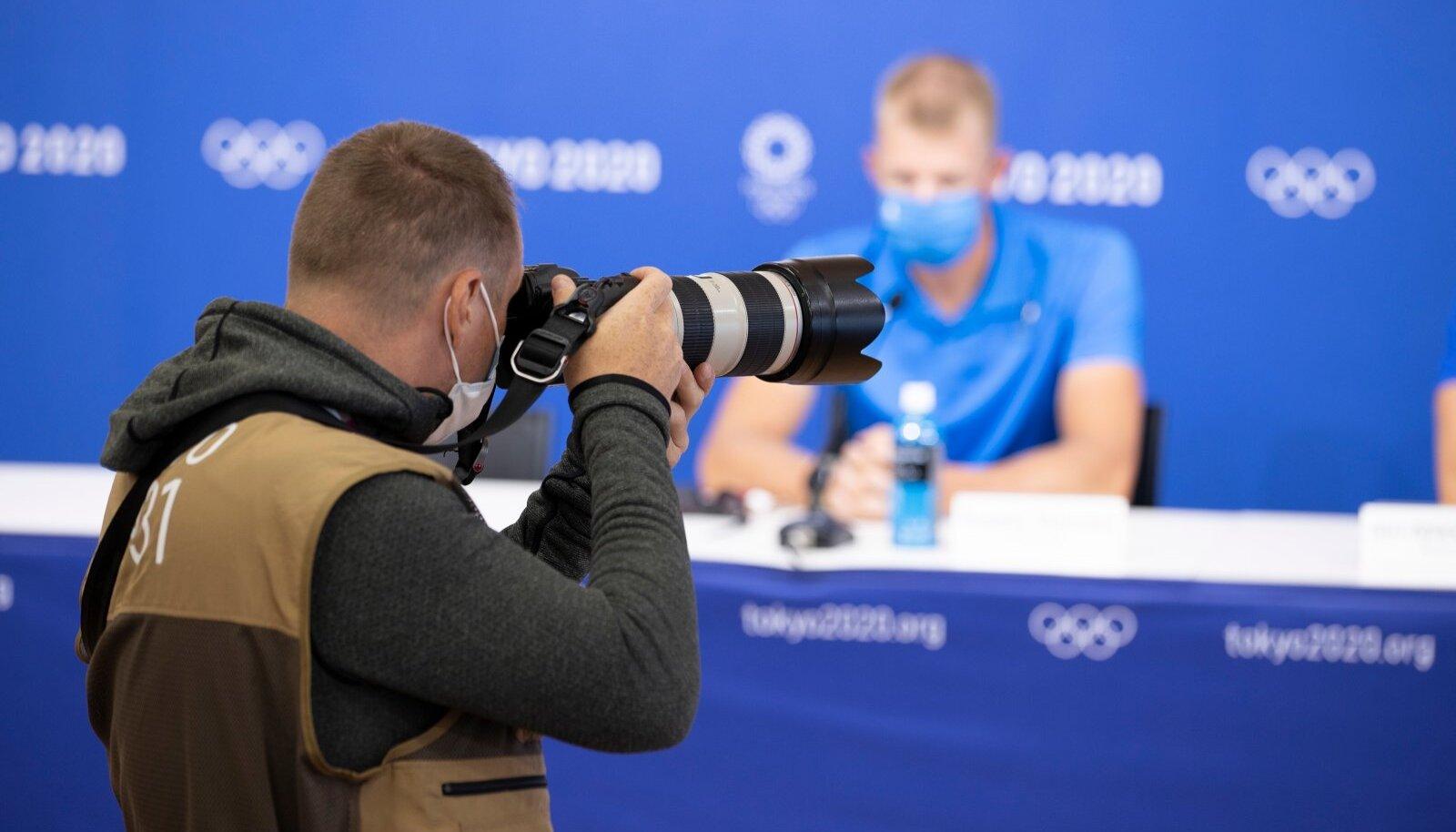 Eesti sõudjad olümpiaeelsel pressikonverentsil objektiivide sihikul.