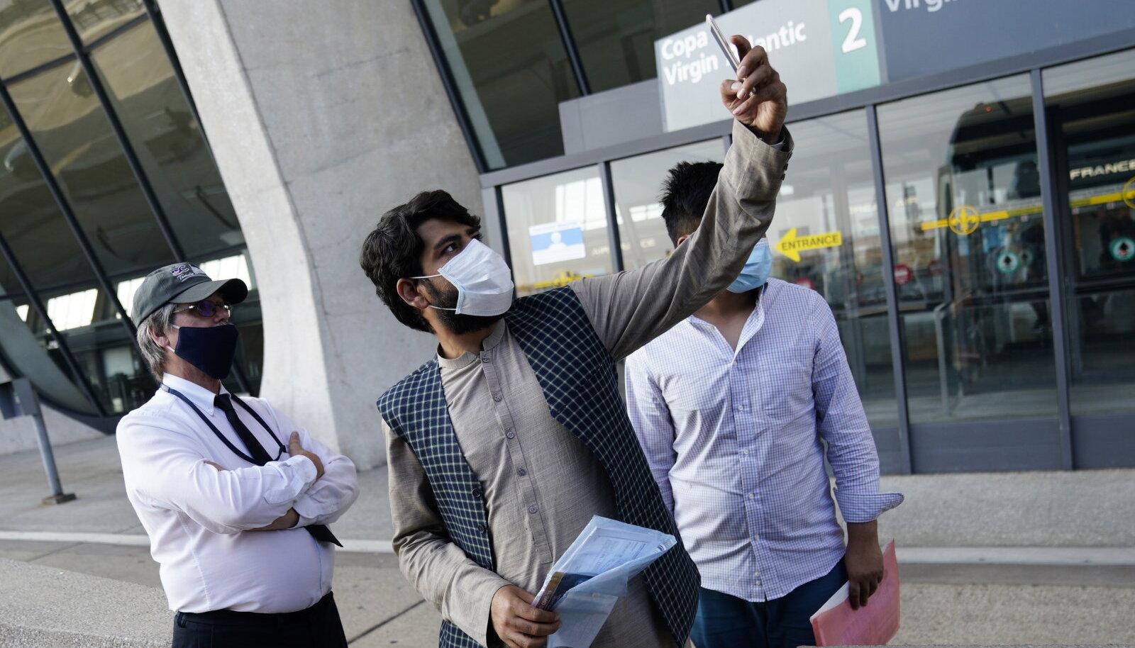 Эвакуированные из Кабула афганцы в аэропорту Вашингтона