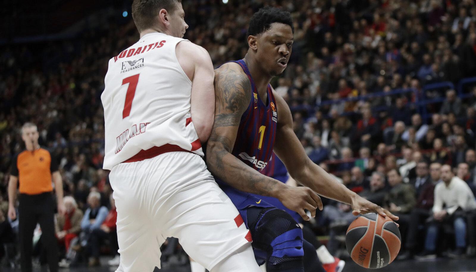 Kevin Seraphin (palliga) 2019. aastal Barcelona särgis.