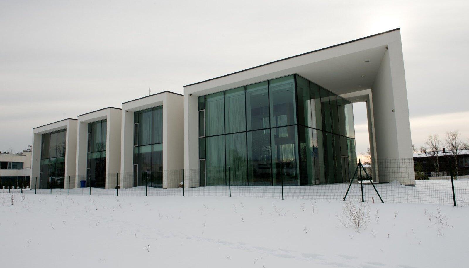 Arhitekt Meelis Pressi kavandatud monumentaalne villa Rohuneemes.