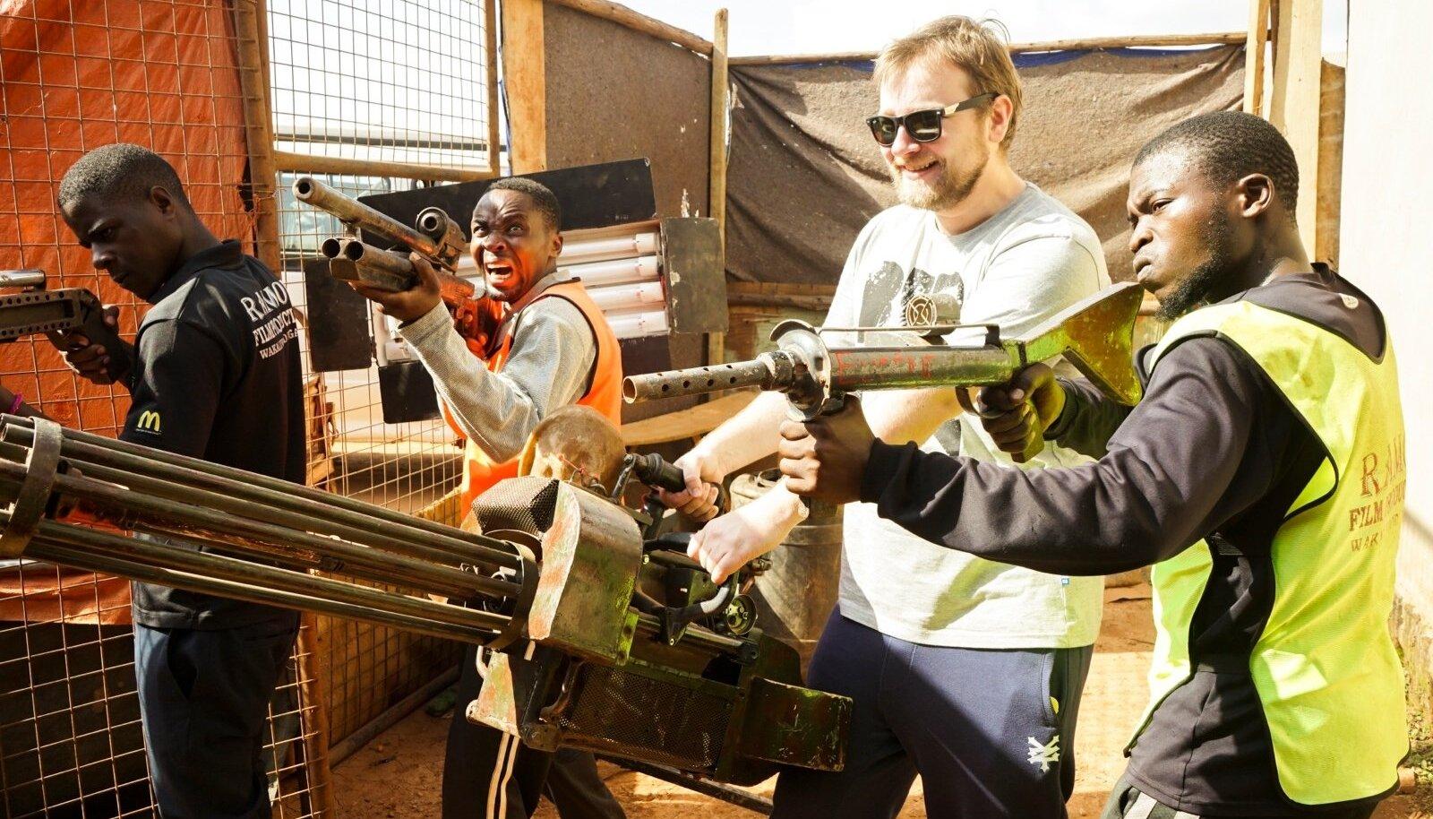 D'ANNARTJAN JA KOLM MUSKETÄRI: Kolm Uganda komandost ja loo autor läbivad proovivõtteid uueks Uganda märulifilmiks. Relvad on tehtud käepärastest vahenditest ja vanarauast.