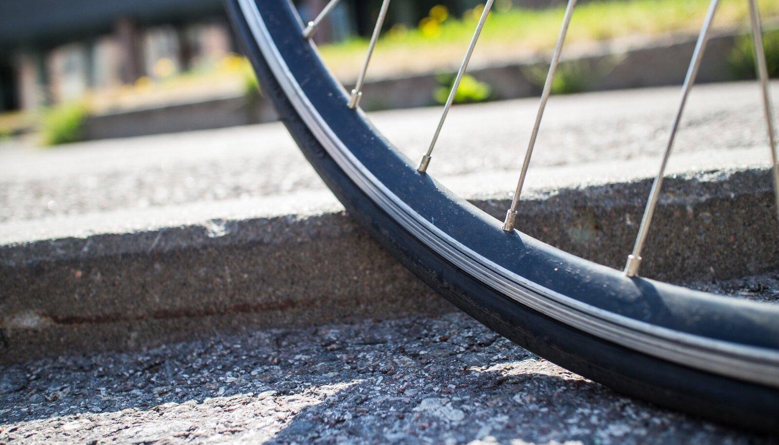 Terve linna peal on rattateedel kohti, kus äärekivi on väga kõrge, need kohad on ratastele ohtlikud, kuna võivad lõhkuda rattakummi.