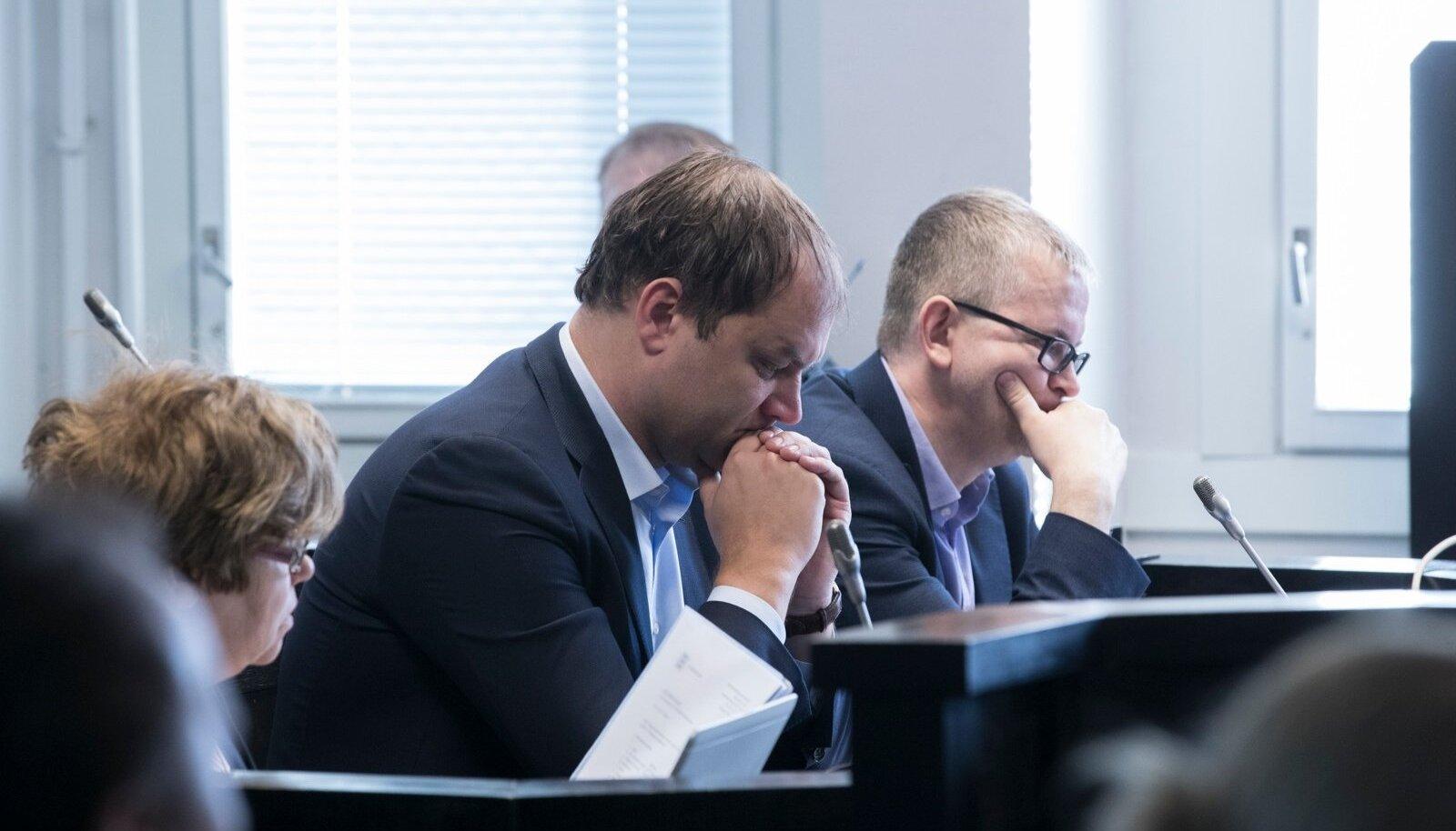 KAITSJAD: Kahe inimese mõrvas ja ööklubi Poseidon süütamises süüdistatavaid kaitsevad kohtus kolleegid Andres Simson (esiplaanil) ja Ilmar Straus büroost Simson Straus.