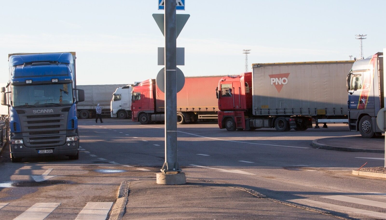 Läänesadamasse viivatel tänavatel on tipptundidel suured ummikud. Veoautod seisavad pikkades ridades, ummistades tänavaid.