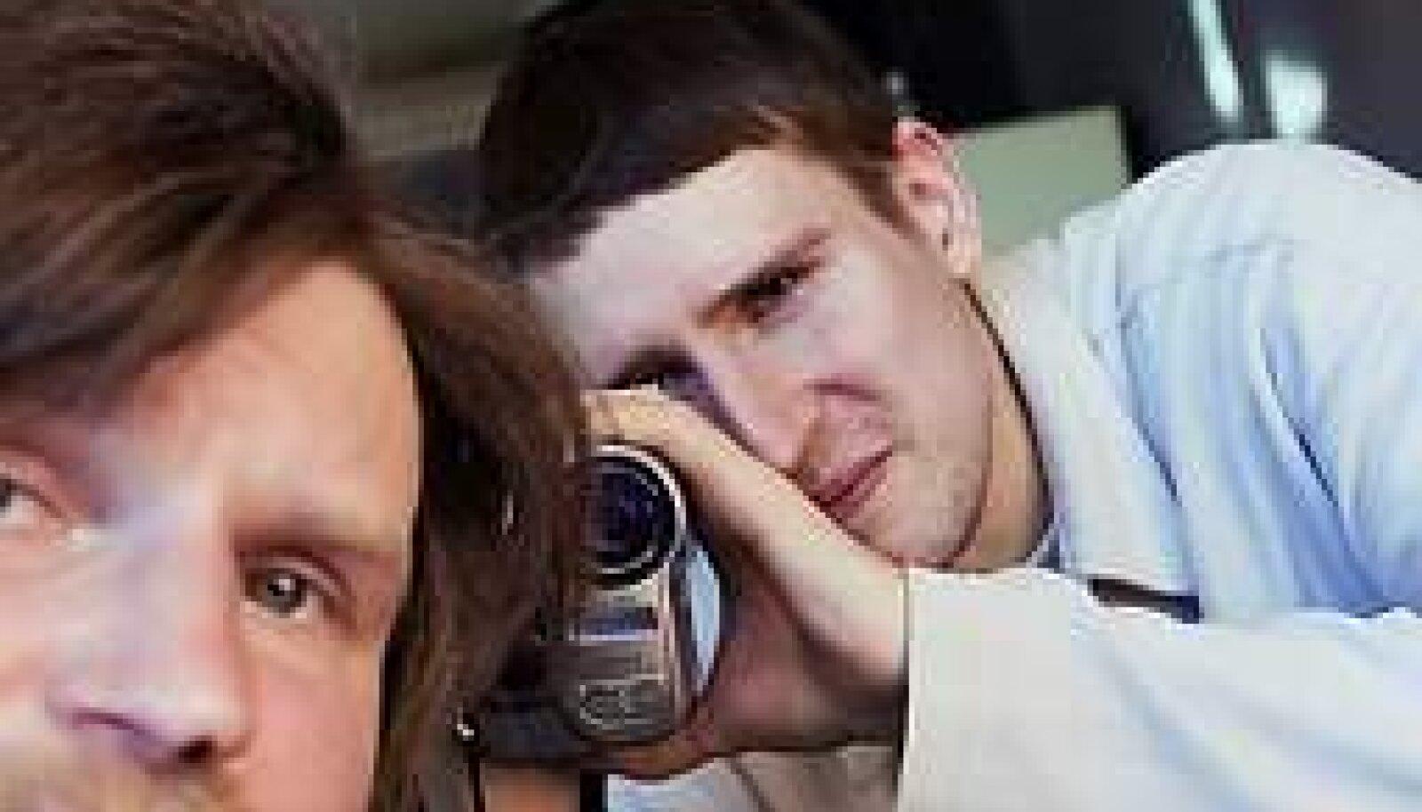 TARTLASEGA TALLINNAS: Režissöör Jaan-Jürgen Klaus (paremal) tõi boheemliku trubaduuri Erkki Hüva pealinna kõrgkultuuri õppima. VALLO KRUUSER