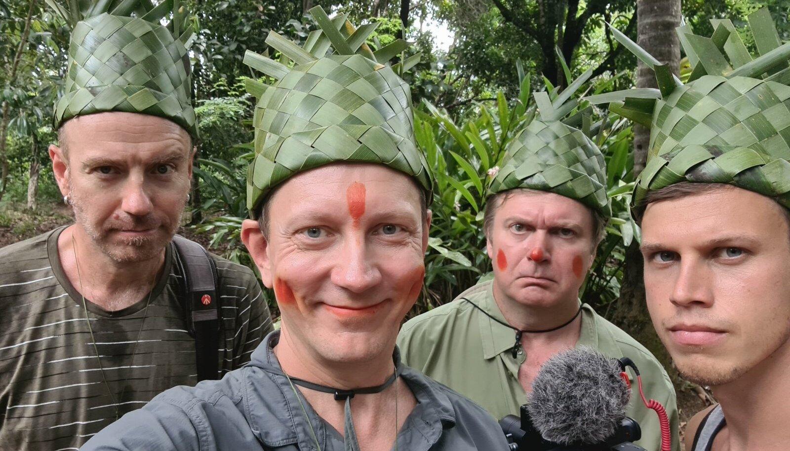 SANSIBARIL VÜRTSIKASVATUSES said rändurid, režissöör Villem Tarvas, saatejuhid Teet Margna ja Kristjan Jõekalda ning operaator Madis Reimund pähe banaanilehtedest punutud mütsid.