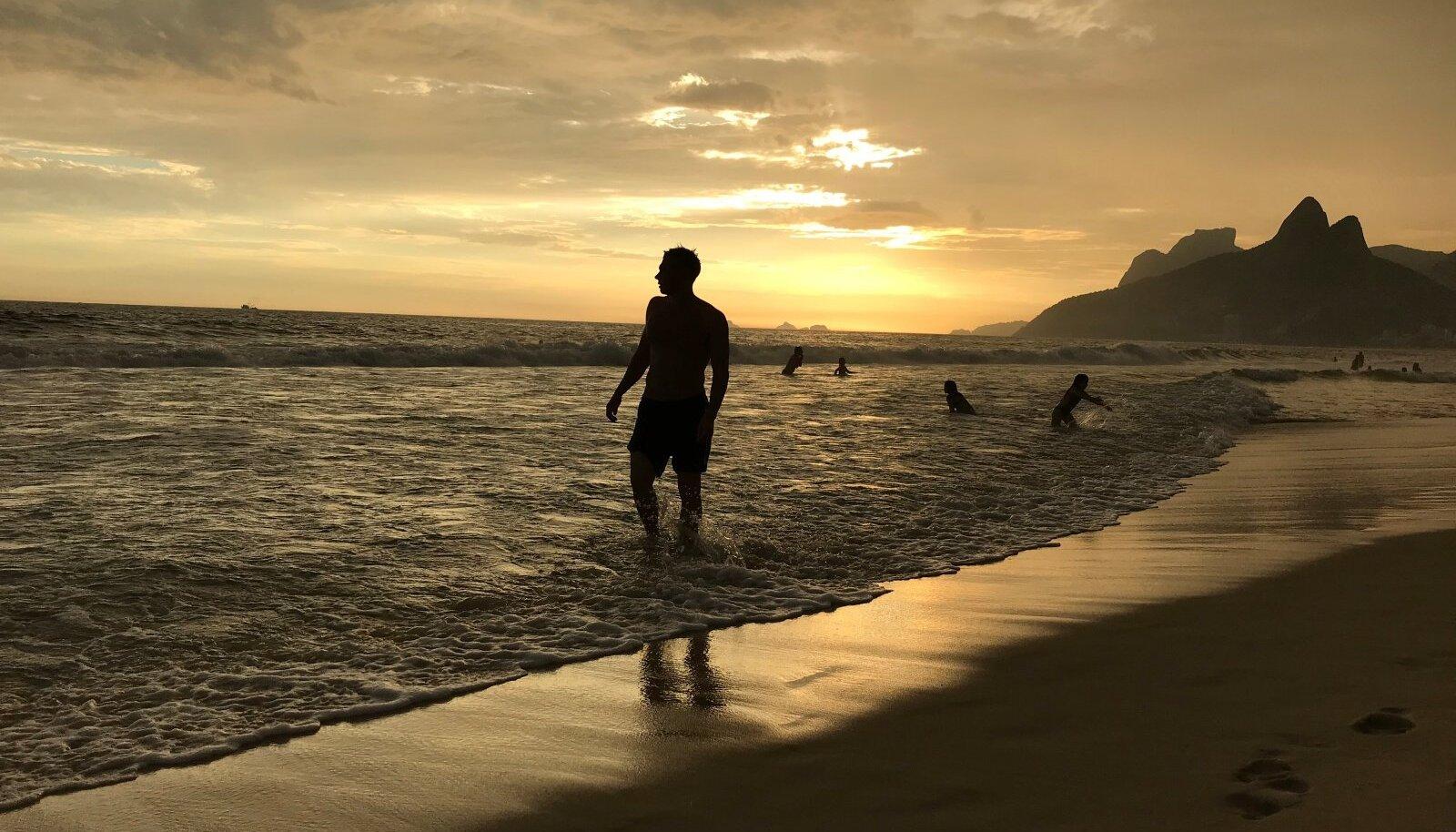 Loo autor naudib päikeseloojangut Ipanemal