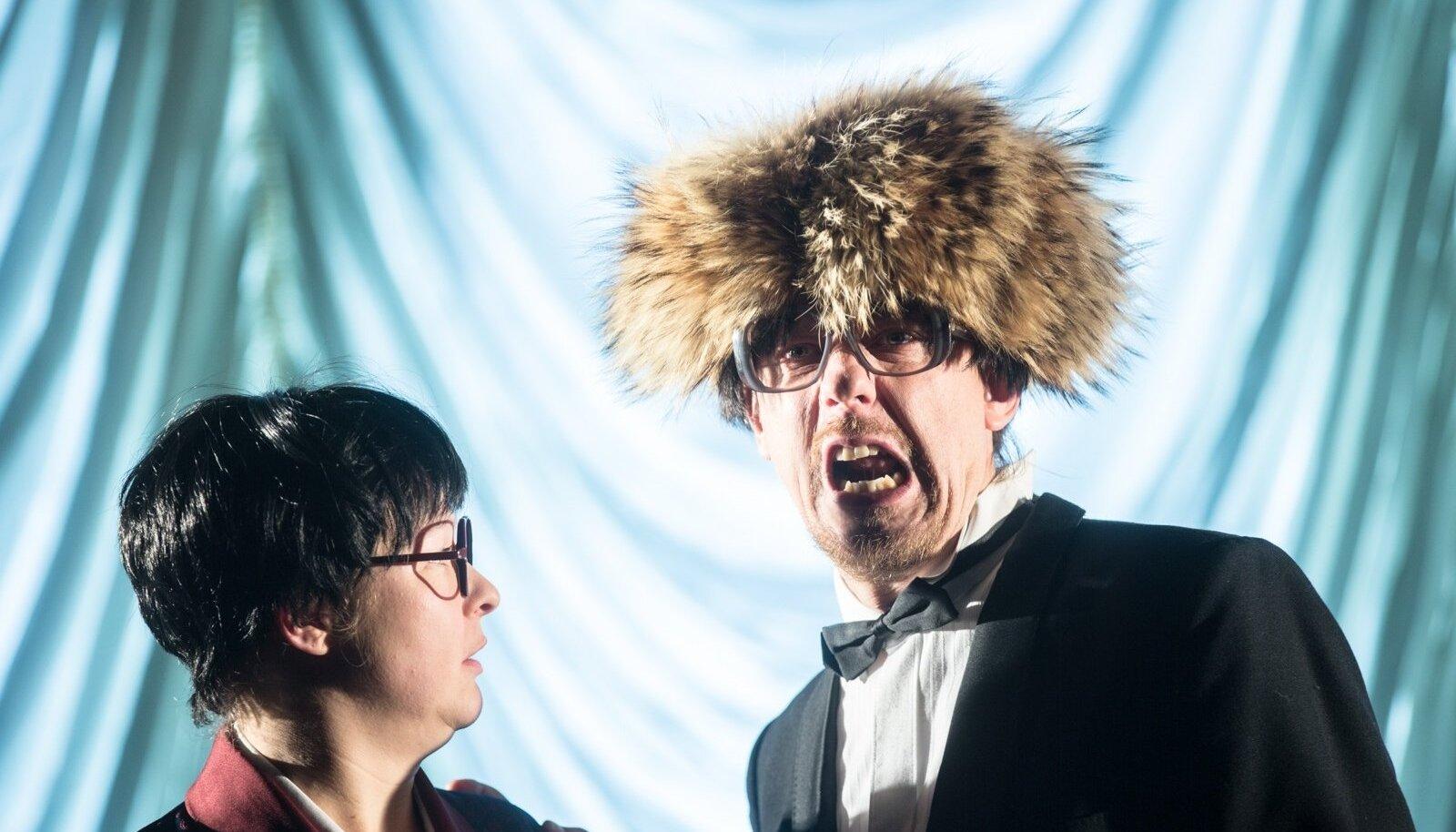"""""""Baskin ehk Nalja põhivormid"""" (osades Katrin Pärn ja Janek Joost) on Eesti teatris tähelepanuväärne juhtum, kus tegijad esitavad julgelt kodumaist klassikalist komöödiat."""