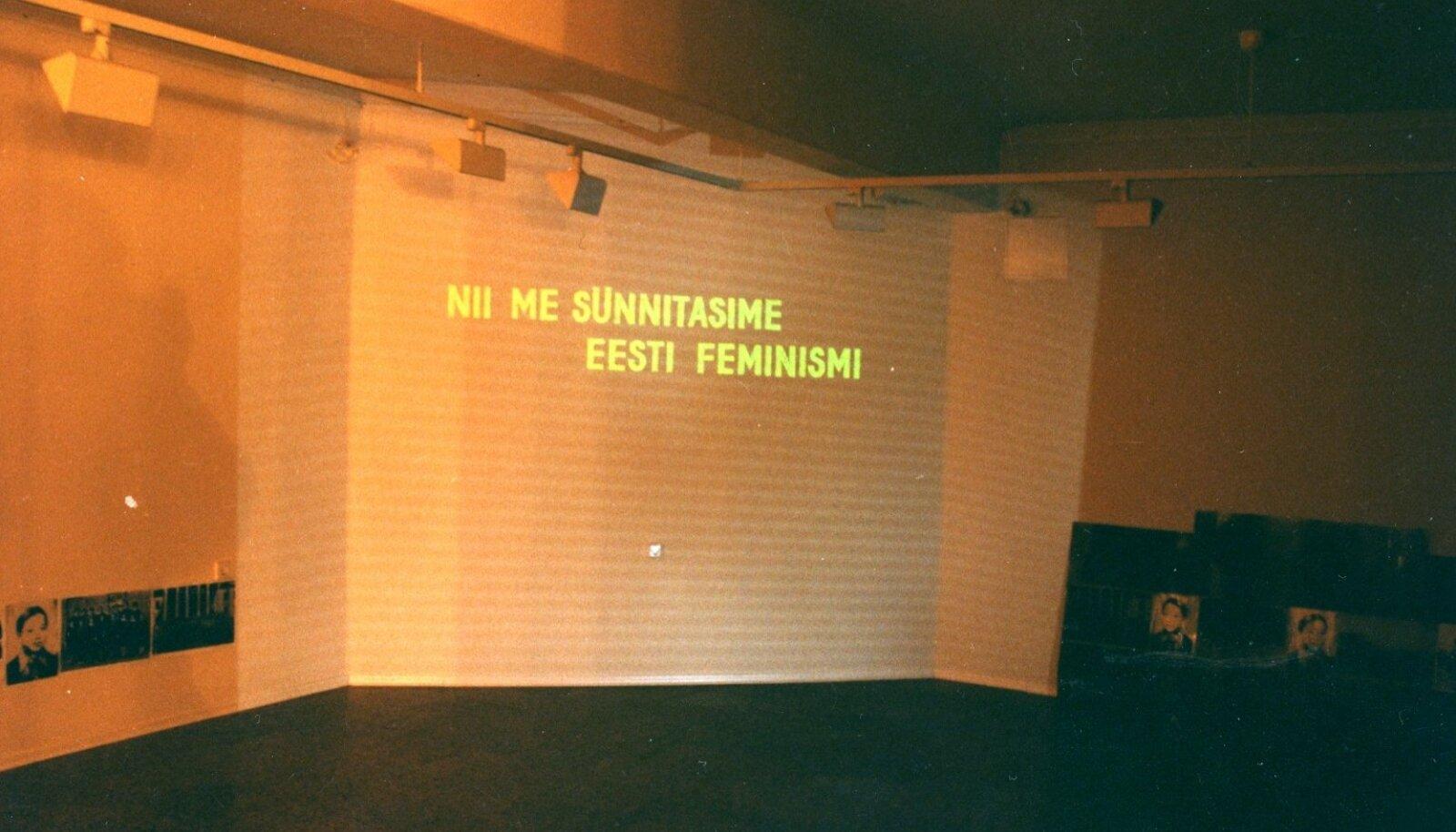 """""""Nii me sünnitasime eesti feminismi"""": Mare Tralla teos 1995. aasta näituselt """"Est.Fem""""."""