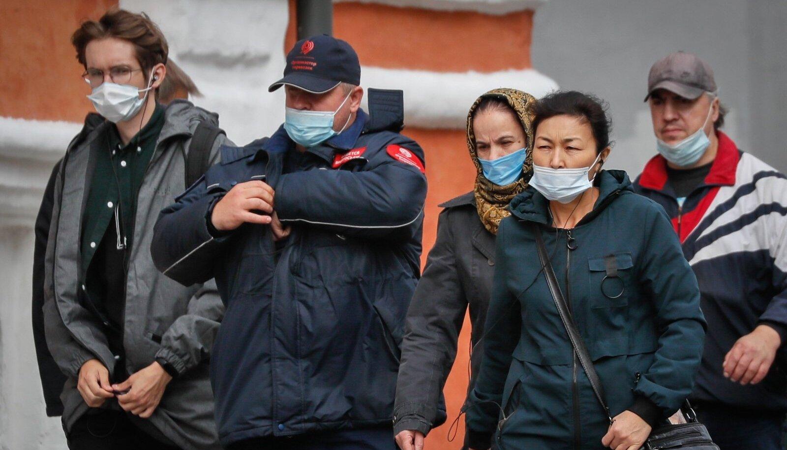 Maski kandmise stiilinäited Moskvas. Mõnel on see rohkem lõuakaitse.