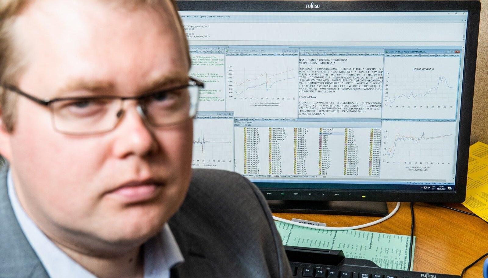 """Eesti Panga ökonomist Kaspar Oja keskpanga """"seapõrnaga"""" ehk prognooside tegemiseks kasutatava makromajandusliku mudeliga."""