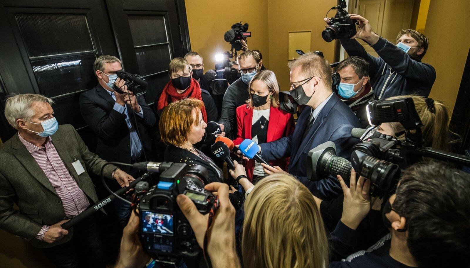 Eile riigikogus tuhisesid ajakirjanikud Martin Helme intervjuult otsejoones Mailis Repsini. EKRE peab nüüd opositsiooni minema.