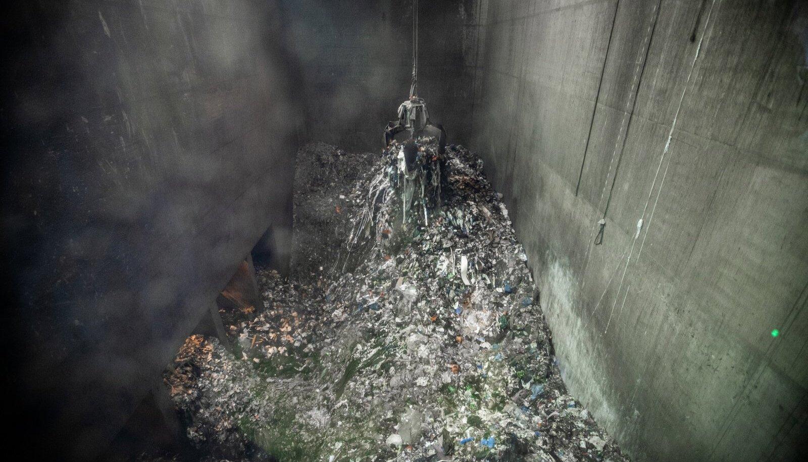 Enefit Greeni peaspetsialisti Andrei Vuhki hinnangul oli pildi tegemise hetkel Iru elektrijaama jäätmepunkris umbkaudu 4000 tonni segaolmejäätmeid.