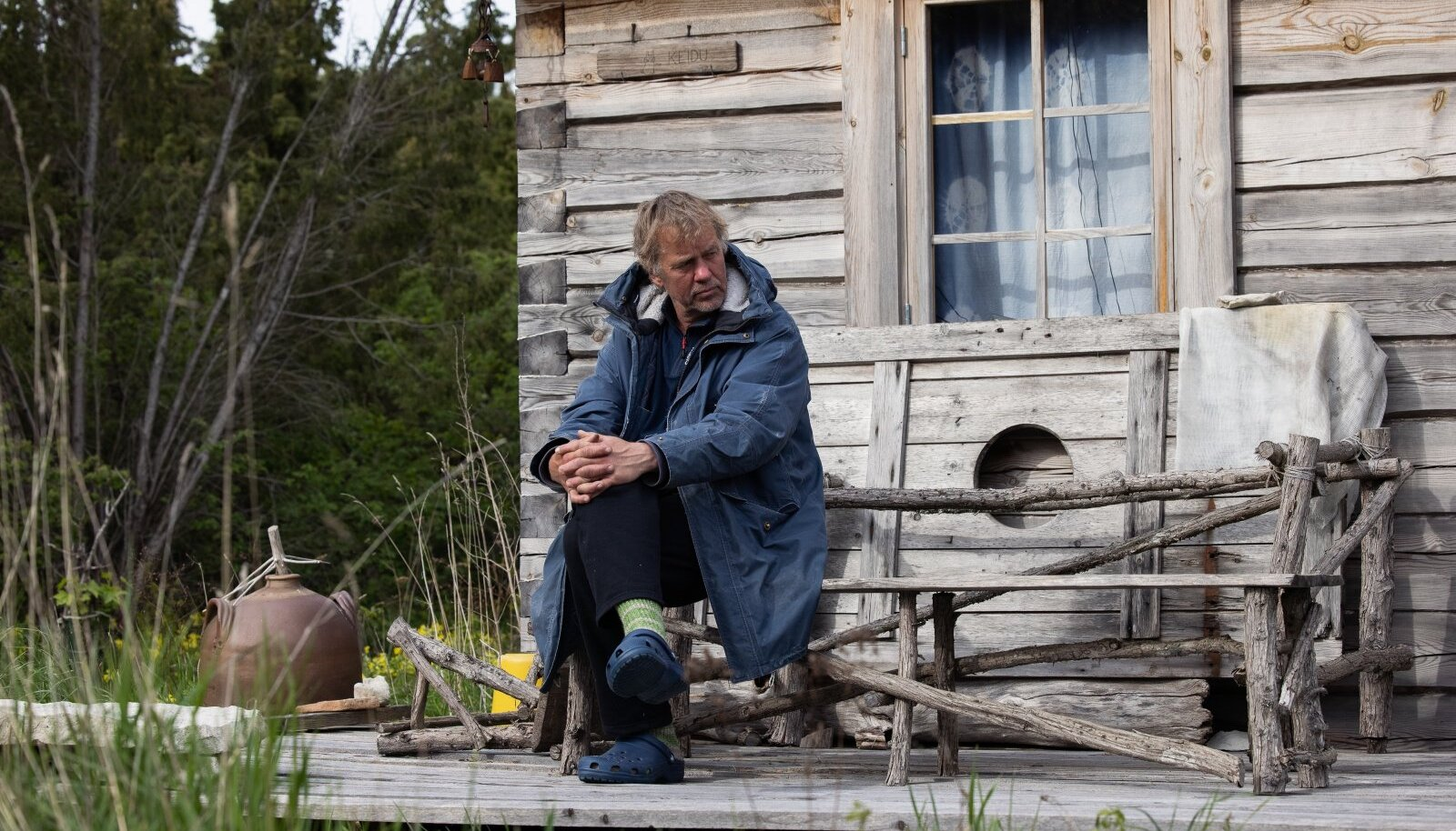 """Jaan Tättele meeldib Vilsandil hommikuti trepil istuda ja kohvi juua. """"Ei pea kuskile minema, kõik Eestis elavad linnud käivad õue pealt läbi,"""" kirjeldab ta oma väikese saare võlusid."""