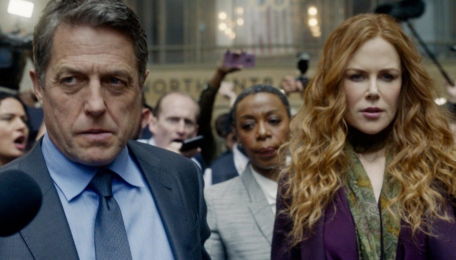 KES ON MÕRVAR? Kahtlusalusena kinni võetud lugupeetud arst Jonathan Fraser (Hugh Grant), tema advokaat Haley Fitzgerald (Noma Dumezweni) ja mehe abikaasa Grace (Nicole Kidman).