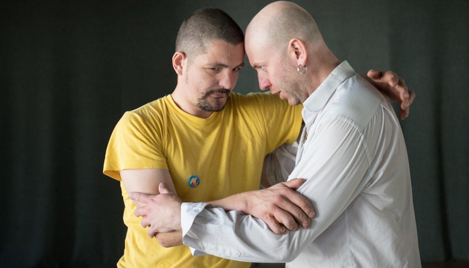 """""""Tead, mis on heteromeeste häda? Nad ei taju, kui erootilised nad on,"""" hurjutab Ivar Sild Jürgen Roostet."""