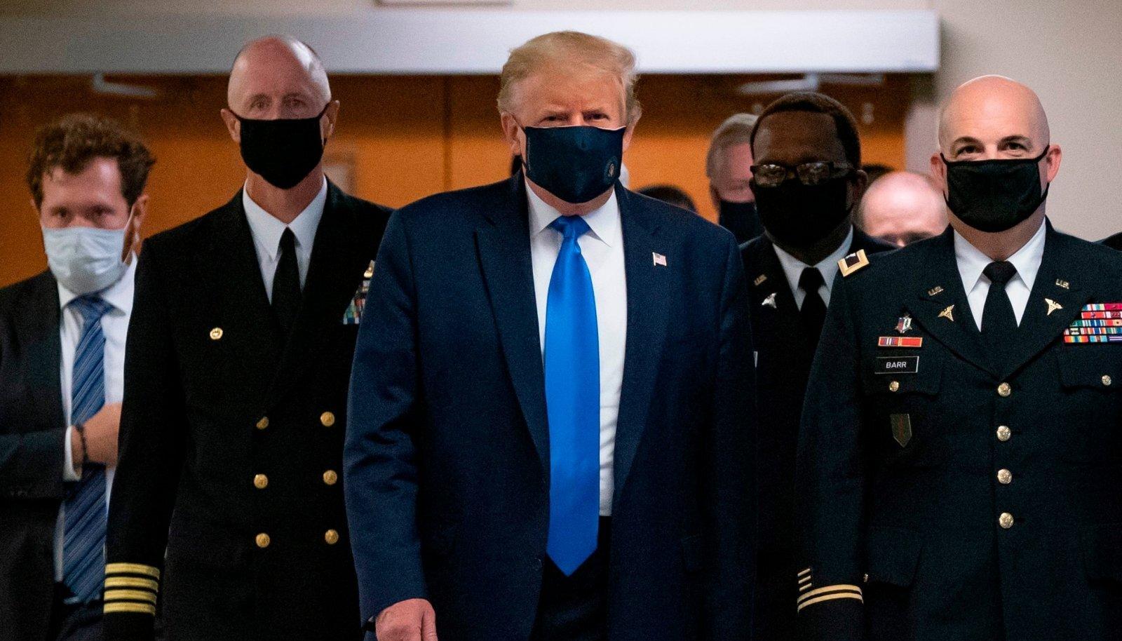 Trump tunnistas laupäevasel visiidil Walter Reedi sõjaväehaiglasse, et seal on vajalik maski kanda.