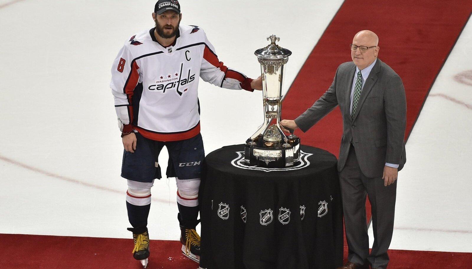 Aleksandr Ovetškin võtab vastu NHL-i idakonverentsi võidukarikat