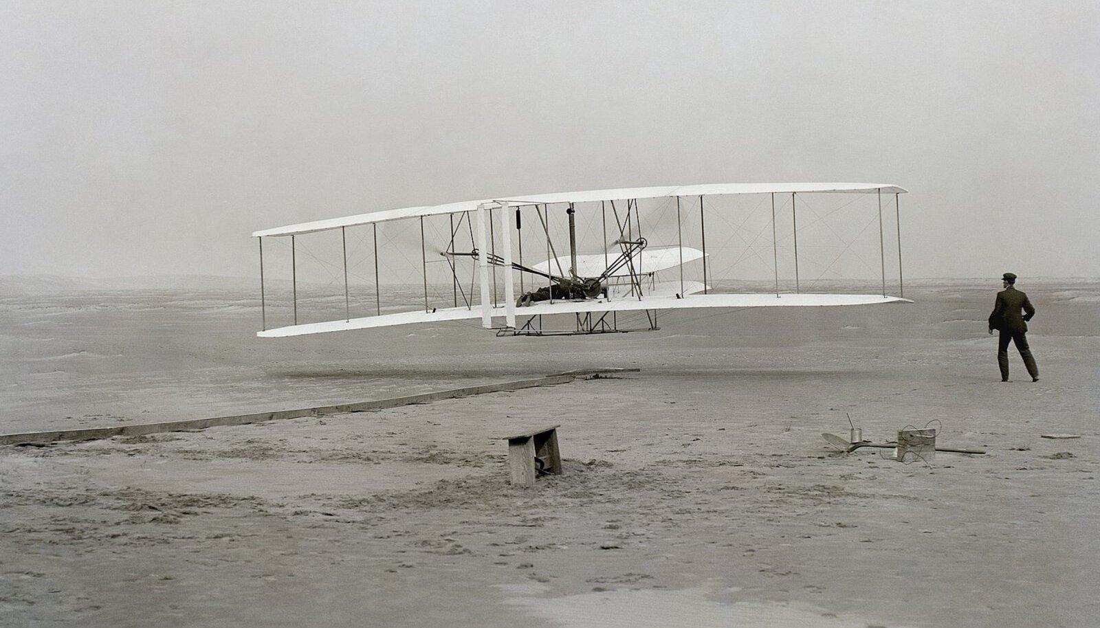 AJALUGU: Vennad Wrightid 17. detsembril 1903 maailma esimest juhitavat mootorlendu sooritamas. Viimased 50 aastat pole inimkond teinud ühtegi sarnase mõjuga läbimurret