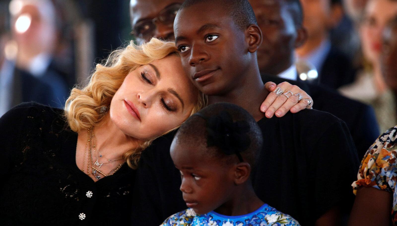 Madonna oma poja Davidiga.