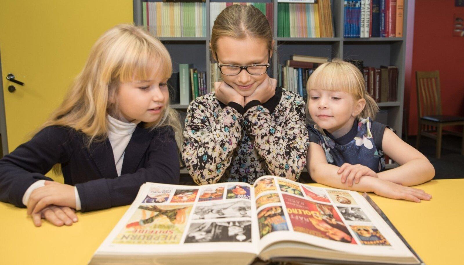 Vanade filmiplakatide raamat teeb noored filmihuvilised (vasakult) Brigitta, Olivia ja Adeelenatuke nõutuks.