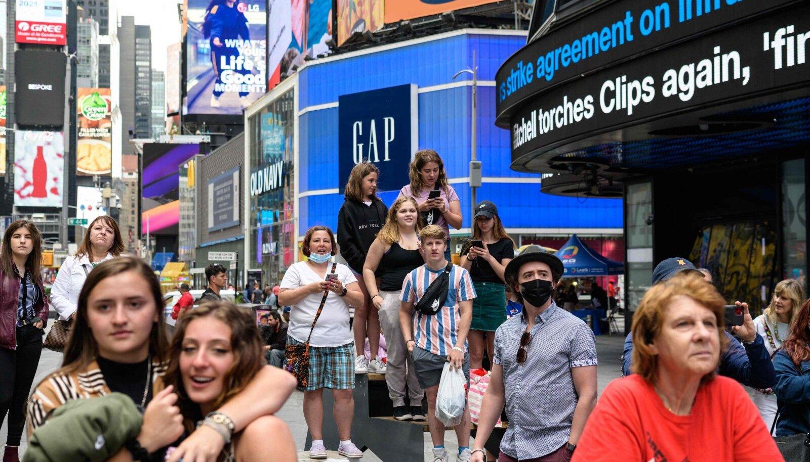 New Yorgi kuulus Times Square on taas turiste ja uudistajaid täis.