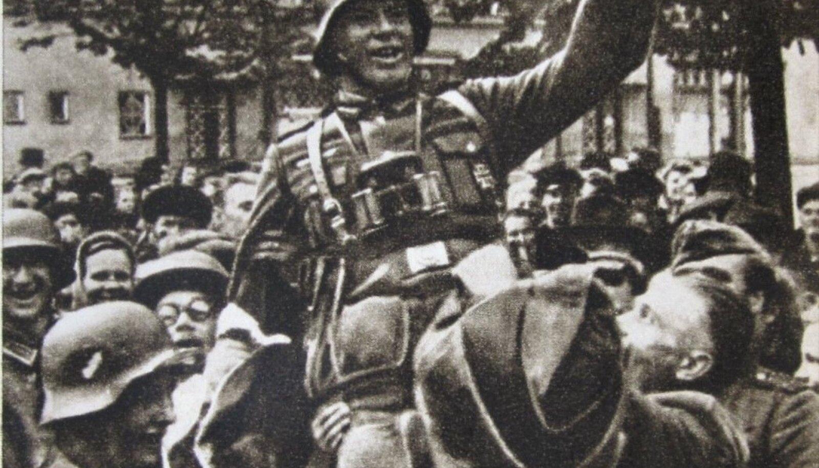 ELAGU! Tallinlased on tõstnud Saksa sõduri kukile.